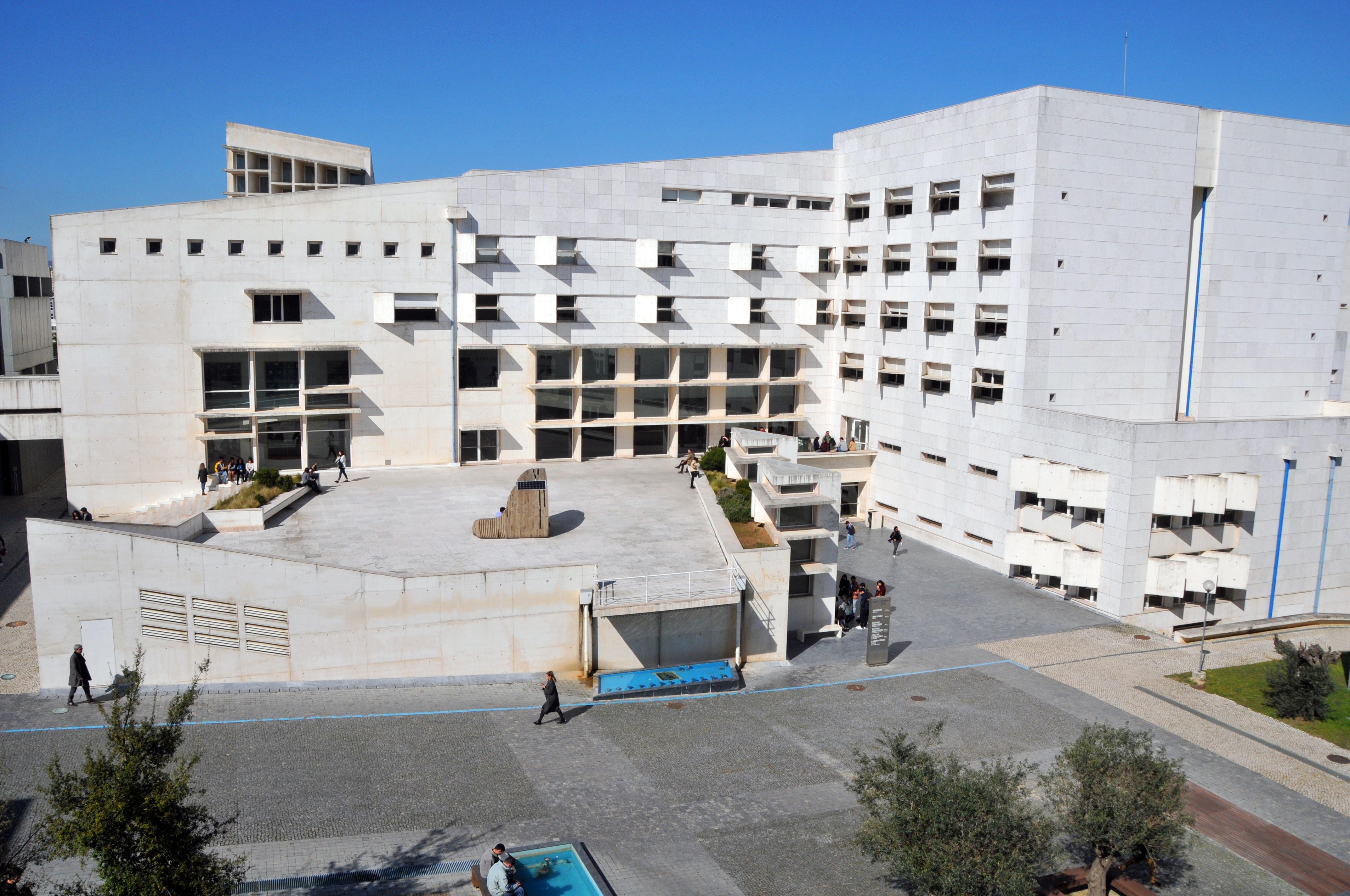 Edifício II e praça central_0001
